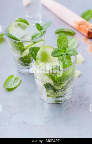Mojito Cocktails, erfrischenden Sommerdrink in gekühlten Gläsern auf hellgrauem Hintergrund