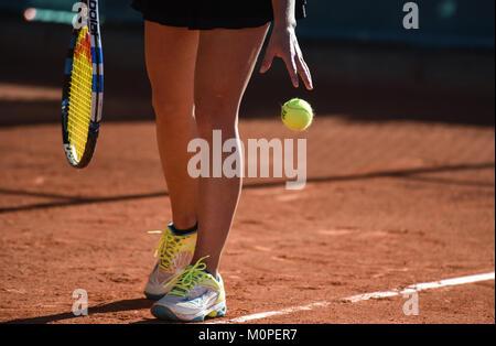 Bilder von Details der Frauen Tennis Spiel, ein Tennisspieler vorbereitet, um den Ball zu schlagen. Foto: Eduardo - Stockfoto