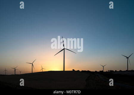 Windpark bei Sonnenuntergang in Andalusien, Spanien - Stockfoto