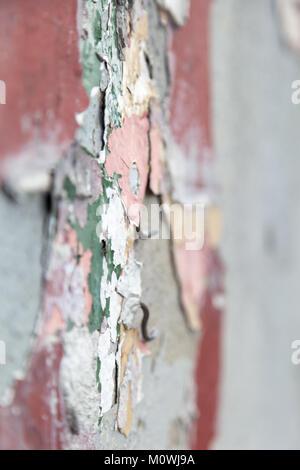 Nahaufnahme einer Betonwand mit Resten von abgeplatzte Farbe - Stockfoto