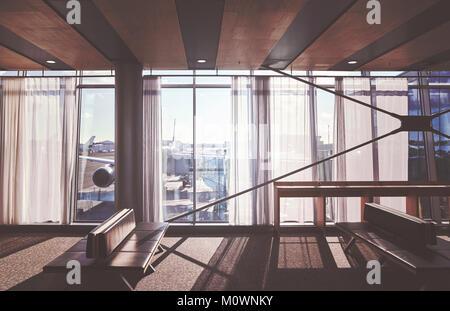 Retro stilisierte Bild der leeren Sitze in einer Abflughalle des Flughafens, Reise und Verkehr Konzept. - Stockfoto