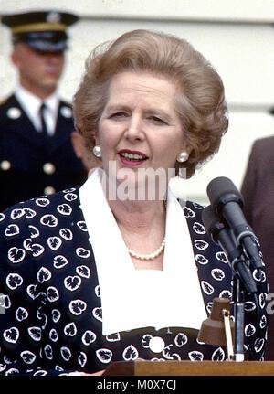 Premierministerin Margaret Thatcher des Vereinigten Königreichs, Links, macht Bemerkungen Nach dem Besuch der Präsidenten - Stockfoto