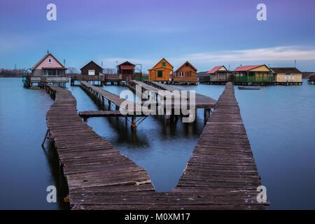 Bokod See, Ungarn - Die berühmten schwimmenden Dorf mit Piers und Angeln Holzhütten an einem trüben Wintermorgen - Stockfoto