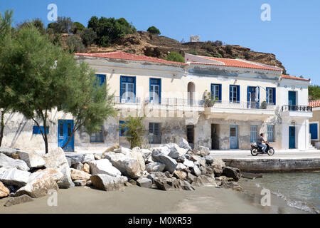 fassade eines wei get nchten haus mit blauen balkon gel nder und fenster in ano syros dorf. Black Bedroom Furniture Sets. Home Design Ideas