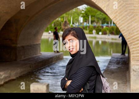 Isfahan, Iran - 24. April 2017: Eine junge Iranerin in Schwarz muslimische Kopftuch lächelt, wenn sie merkt, dass - Stockfoto
