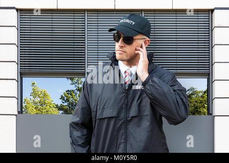 Portrait von Wachmann trug Hut und Sonnenbrille - Stockfoto