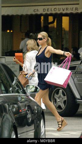 _EXC_Kournikova_shopping_062007_01.JPG (exklusive Deckung) Bal Harbour - FL - 20. JUNI 2007: (exklusive Deckung) - Stockfoto
