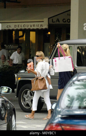 _EXC_Kournikova_shopping_062007_02.JPG (exklusive Deckung) Bal Harbour - FL - 20. JUNI 2007: (exklusive Deckung) - Stockfoto