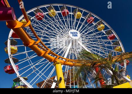 Achterbahn und Riesenrad auf Santa Monica Pier, Kalifornien - Stockfoto