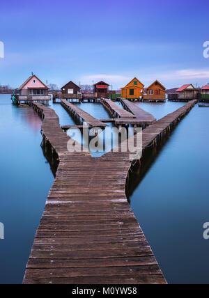 Bokod See, Ungarn - Die berühmten schwimmenden Dorf mit Piers und die traditionelle Fischerei Holzhütten an einem - Stockfoto