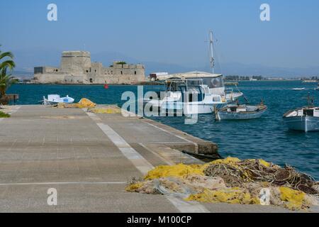 Nafplio Hafen mit Insel Bourtzi, eine venezianische Festung einst als Gefängnis genutzt, im Hintergrund, Nafplio - Stockfoto