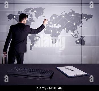 Ein junger Büroangestellter Zeichnung auf der Weltkarte und Punkte mit Linien, Präsentation Marketing sterategy - Stockfoto