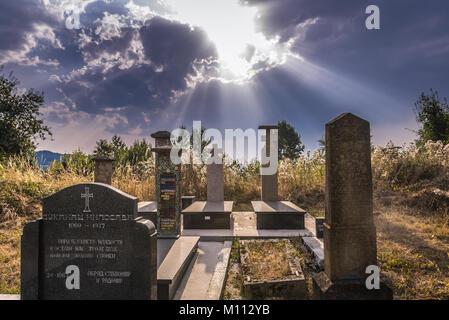 Kleine Friedhof auf einem Berg zwischen Guca Stadt und Vuckovica Dorf in Lucani Gemeinde, Moravica Bezirk von Serbien - Stockfoto