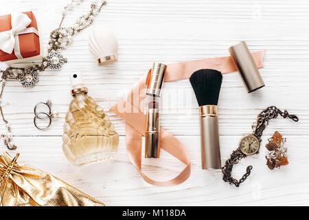 Luxus teuren Schmuck und Essentials und Parfüm flach auf weißen rustikalen Holztisch mit Platz für Text in sanften - Stockfoto