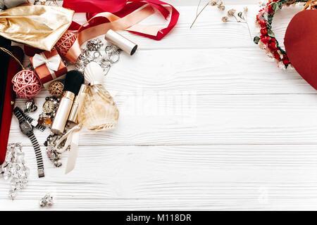 Mode set flach mit Platz für Text legen. Luxus essentials Schmuck Parfum Geschenke auf weißem rustikalen Holztisch - Stockfoto