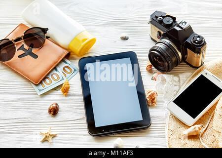 Sommer reisen Ferienhäuser Konzept, Platz für Text. Leere Tablet Display, Kamera Sonnenbrille Reisepass geld Telefon - Stockfoto