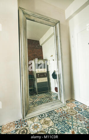 ... Modernes Hotel Im Mediterranen Stil Eingerichtete Apartment Flur  Innenraum. Weiße Wände, Große Spiegel,