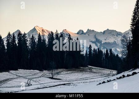 Inspirierende Berge Landschaft im Winter Tatra. Mit Blick auf die Hohe Tatra Berge bei Sonnenuntergang, Panorama - Stockfoto