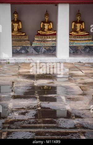 Drei goldene Buddha Statuen Tempel Wat Pho, Bangkok, Thailand - Stockfoto
