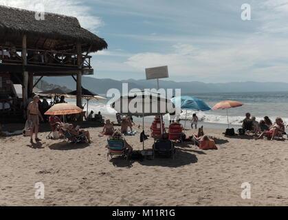 Am Strand in der Nähe der Altstadt von Puerto Vallarta, Mexiko. - Stockfoto