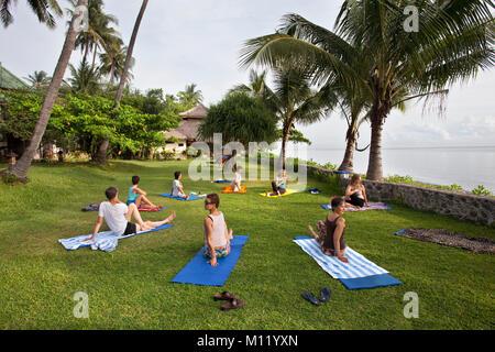 Indonesien, Insel Bali, in der Nähe von tejakula Dorf, Gaia Oasis Resort. Frauen Yoga. - Stockfoto