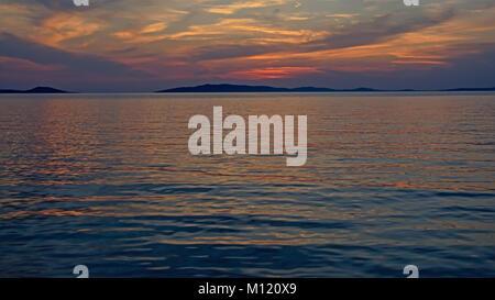 Bunte Himmel mit weichen Wolken nach Sonnenuntergang über th Adria, mit sanften Plätschern des Wassers und eine - Stockfoto