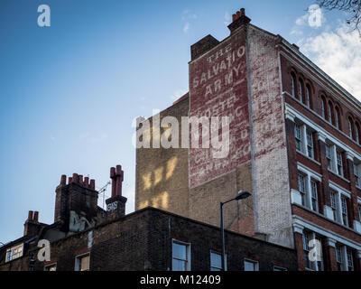 Alte Heilsarmee Hostel Zeichen auf der Seite eines Gebäudes in der Old Street in London, Großbritannien - Stockfoto