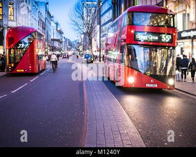 London Oxford Street Busse - Zwei neue Routemaster Busse auf der Oxford Street, Londons wichtigste Einkaufsstraße - Stockfoto