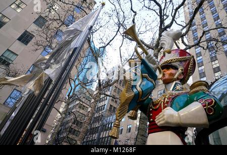 Weihnachten Dekorationen im Rockefeller Center. Manhattan, New York City, USA. - Stockfoto