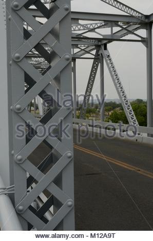 Nieten und Schnürung auf vertikale Mitglied der South Llano River Bridge in Junction Texas. Niet Bau beliebt war - Stockfoto