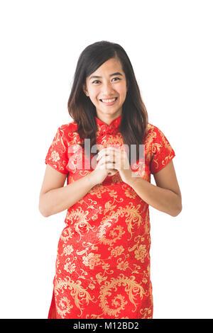 Happy Chinese New Year. Asiatische Frau in rotem Kleid mit Geste der Glückwunsch auf weißem Hintergrund - Stockfoto