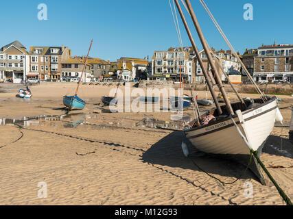 Fischerboote bei Ebbe im Hafen der beliebten Ferienziel, St Ives in Cornwall. - Stockfoto