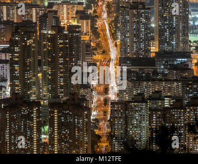 Dichten high rise Apartments in Kowloon Halbinsel Blick von Beacon Hill am Abend, Hong Kong - Stockfoto