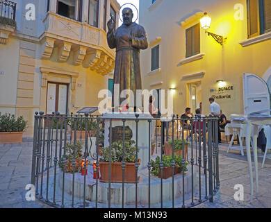 Europa, Italien, Apulien, Salento, Gallipoli, historische Stadt, die Restaurants an der Piazza De Amicis - Stockfoto