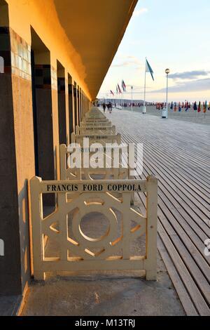 Frankreich, Calvados, Pays d'Auge, Deauville, den Strand, die Promenade des Planches (Bühne), gefüttert mit Strand - Stockfoto