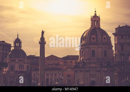 Kirche von Santa Maria di Loreto und Trajan Spalte in der Nähe der Piazza Venezia in Rom bei Sonnenuntergang Dämmerung - Stockfoto