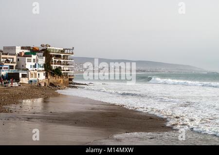 Große Wellen surfen Stadt von Taghazout in Marokko - Stockfoto
