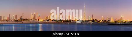 Vereinigte Arabische Emirate, Dubai, Skyline von Dubai mit DIFC, Business Bay, Burj Dubai, Jumeirah und der Strand - Stockfoto