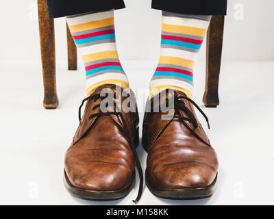 f2fcedac23db ... Männer Fuß in der schicke Schuhe und helle Socken. Für Männer -  Stockfoto