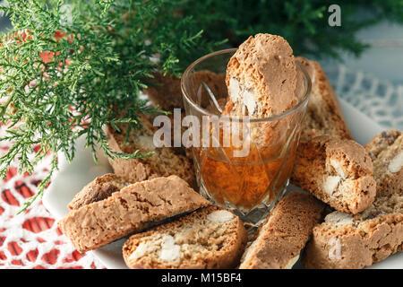 Traditionelle italienische cantuccini Gebäck und ein Glas süßen Vin Santo Wein - Stockfoto