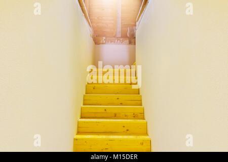 Holztreppen, glänzende Dachboden nach oben - Stockfoto
