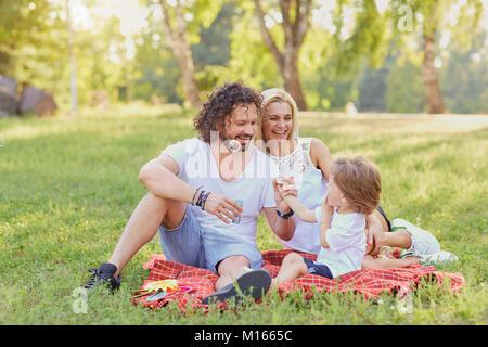 Glückliche Familie im Park. - Stockfoto