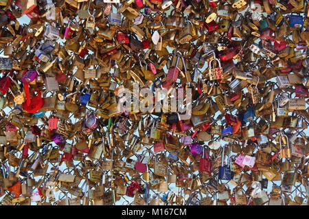 Liebe Sperren auf der Seite Geländer des Pont des Arts Brücke, Fluss Seine, Paris, Frankreich. - Stockfoto