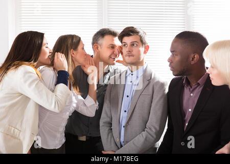 Geschäftsleute, Klatsch, der Junge Unternehmer im Büro - Stockfoto