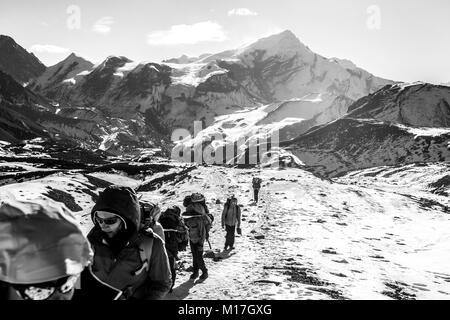 Touristen sind auf dem Weg nach Thorong La Pass (5416 m), Annapurna Trek, Himalaya, Nepal. Thorong La ist der höchste - Stockfoto