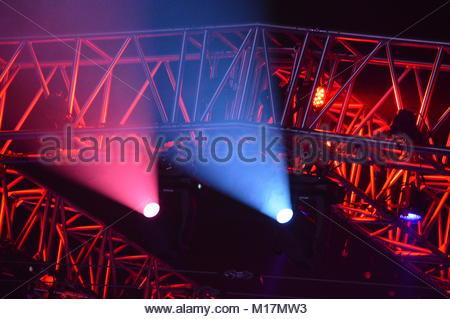 Die Bühnenbeleuchtung rig mit hängenden Lichter im Dunkeln - Stockfoto