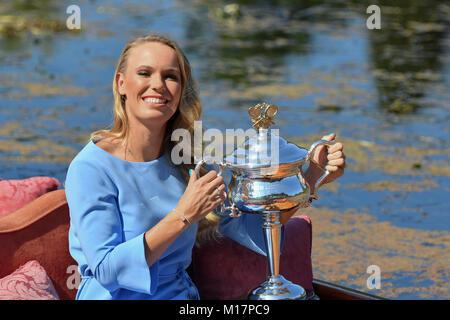 Melbourne, Australien. 28 Jan, 2018. Die 2018 Australian Open Champion Caroline Wozniacki aus Dänemark stellt für - Stockfoto