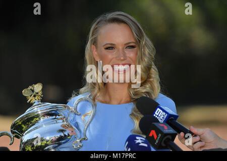 Melbourne, Australien. 28 Jan, 2018. Die 2018 Australian Open Champion Caroline Wozniacki aus Dänemark spricht mit - Stockfoto