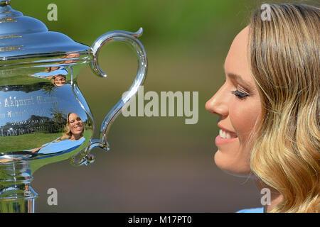 Melbourne, Australien. 28 Jan, 2018. Die 2018 Australian Open Champion Caroline Wozniacki aus Dänemark küsst sie - Stockfoto
