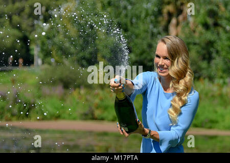 Melbourne, Australien. 28 Jan, 2018. Die 2018 Australian Open Champion Caroline Wozniacki aus Dänemark sprays Champagner - Stockfoto